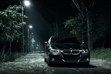 Saratov, Russie - 12 juin 2015: voiture noire BMW E90 rester dans la forêt sombre la nuit