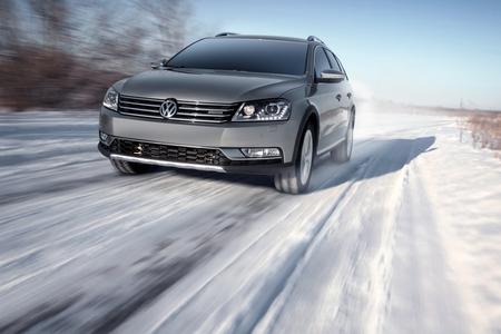 Saratov, Rusland - 26 januari 2014: Grijze moderne auto Volkswagen Passat Alltrack rijden snelheid op de weg bij de winter overdag Redactioneel