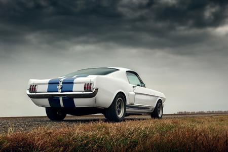 Retro muscle car Ford Mustang Shelby op de weg Redactioneel