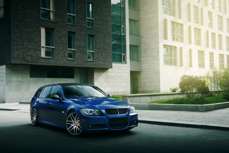 Mosca, Russia - 10 maggio 2015: auto blu BMW Serie 5 E90 soggiorno / E91 sulla strada asfaltata nella città di Mosca durante il giorno