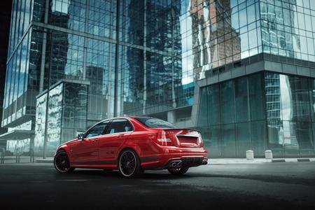 Moskou, Rusland - 10 juli 2016: Rode auto verblijf Mercedes-Benz C63 AMG op asfalt weg in de stad Moskou overdag