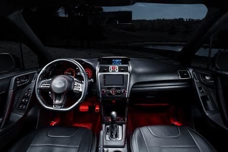 Modernes Interieur des Premium-Auto mit Ledersitzen Standard-Bild