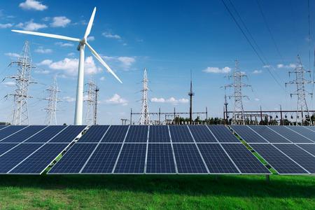 Eléctrico industrial. Central eléctrica, paneles solares y molinos de viento Foto de archivo - 65049359
