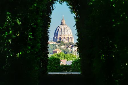 Blick durch das Schlüsselloch. Aventin Hügel. Rom, Italien Standard-Bild - 80994555