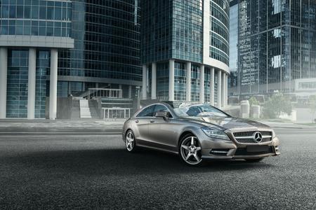 Mosca, Russia - 2 giugno 2017: L'automobile di Mercedes-Benz CLS 500 4MATIC è parcheggiata vicino agli edifici per uffici a Mosca Archivio Fotografico - 85082163
