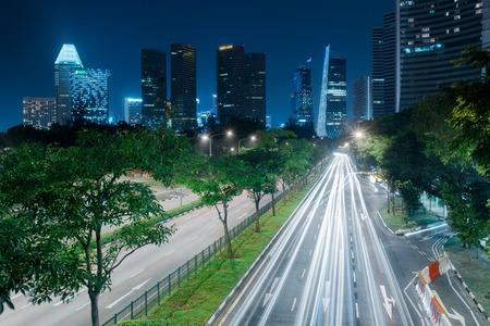 シンガポール市街のスカイライン。道路上の光の道