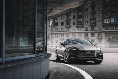 Moscou, Russie - 17 juin 2017 : La voiture Audi A5 Sportback enveloppée de vinyle mat de couleur grise se tient sur le parking