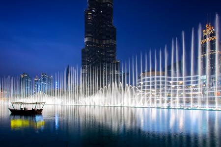 Hermosa vista del centro de Dubai, Emiratos Árabes Unidos. Fuente iluminada por la noche