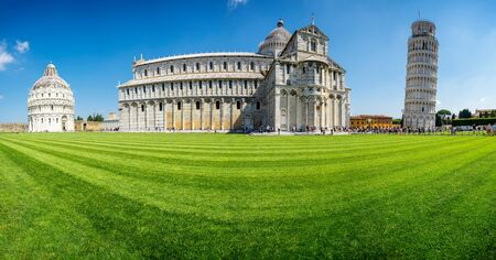 Panoramic view of the Leaning Tower and the Pisa Cathedral in sunny day, Italy 版權商用圖片