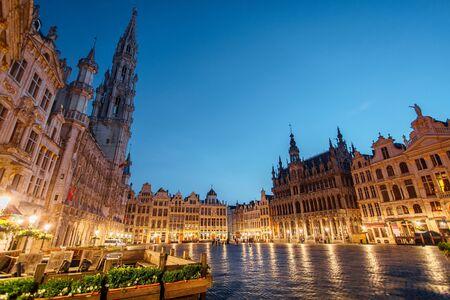 Plaza central cerca del ayuntamiento en el casco antiguo de la ciudad de Bruselas, Bélgica en la noche