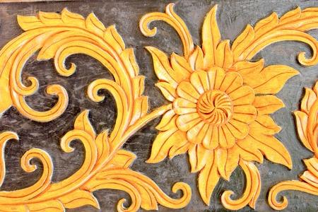 metal sculpture: Scultura in metallo oro di fiori nel tempio tailandese