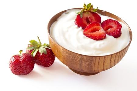 yaourt: fraise et yogourt dans un bol en bois sur fond blanc Banque d'images