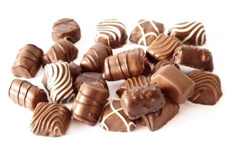 truffe blanche: bonbons de chocolat assortis isolé sur blanc