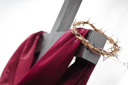 resurrección: Corona de espinas cuelgan alrededor de la cruz Pascua