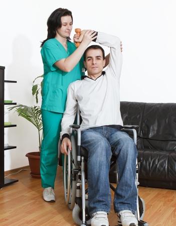 personas discapacitadas: Joven que trabaja con un terapeuta f�sico
