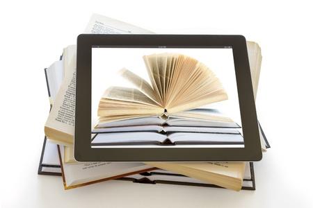 kütüphane: beyaz, dijital kütüphane kavramı üzerinde izole tablet bilgisayar üzerinde açık Kitaplar,