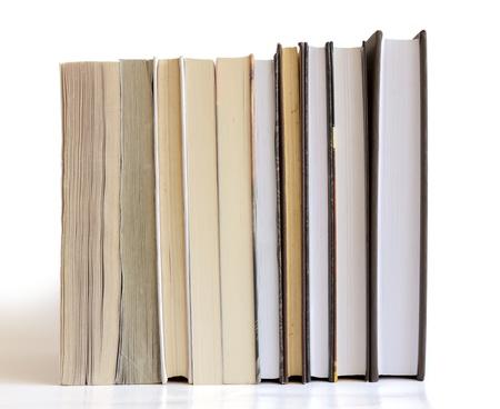 pile of books: Libri in una riga isolata su sfondo bianco