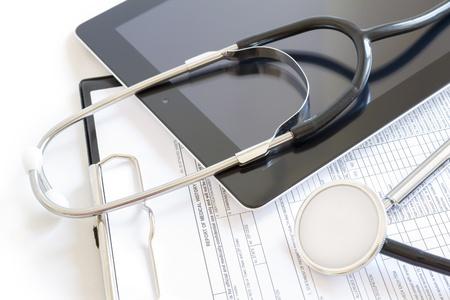 stetoscoop: Digitale tablet met een stethoscoop en papierwerk