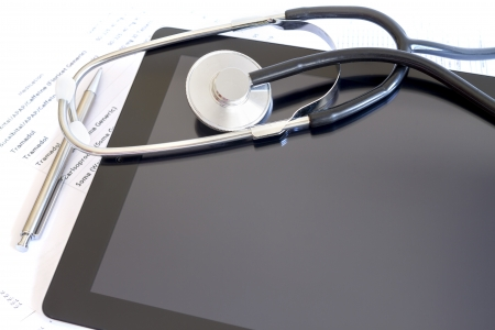 Digital tablet with stethoscope and paperwork Standard-Bild