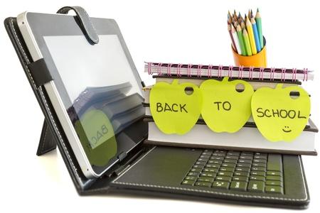 デジタル タブレットの pc、書籍、白い背景上に鉛筆が付いている学校に戻って