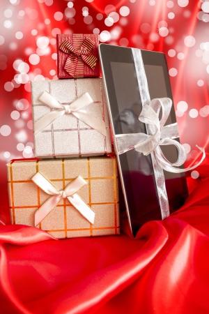 fiestas electronicas: Digital comprimido con el regalo de Navidad en luces defocused