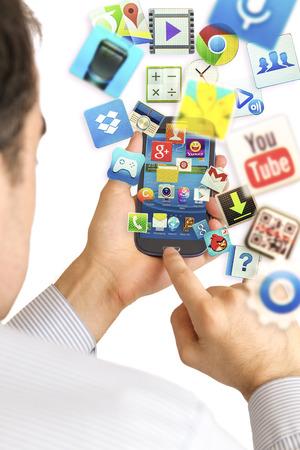 Hand hält Samsung Galaxy S3 Anzeige Homescreen und Apps fliegen von smartphoe.