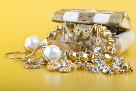 ゴールド Jewlery 概念 - 概念または現金のための古いジュエリーの販売のための隠喩