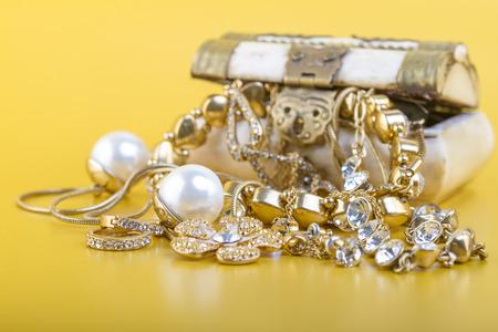 Oro Joyas Concepto - Concepto o metáfora para la venta de joyas de oro viejo por dinero en efectivo Foto de archivo - 27351702