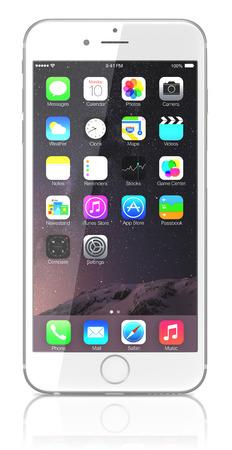 aislado en blanco: IPhone Silver Apple 6 Plus muestra la pantalla de inicio con iOS 8.El nuevo iPhone con mayor resoluci�n 4.7 y pantallas de 5,5 pulgadas, c�maras mejoradas, nuevos sensores, un chip NFC dedicado para los pagos m�viles. Apple lanz� el iPhone 6 y iPhone 6 Plus en Septemb