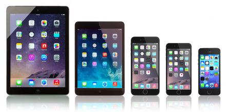 갈라 츠, 루마니아 -2014 년 10 월 14 일 : 애플 스페이스 그레이 iPad 에어, iPad 미니, 아이폰 6 플러스, 아이폰 6 및 흰색 배경에 아이폰 5s. 홈 스크린을 표시 에디토리얼