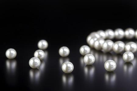 perlas: collar de perlas blancas sobre fondo negro