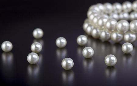 Bianco perla collana su sfondo nero Archivio Fotografico - 39636222