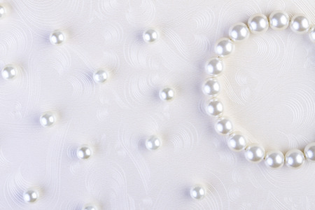 perlas: Collar de perlas blancas sobre fondo de papel blanco
