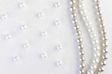 Witte parels halsketting op wit papier achtergrond Stockfoto