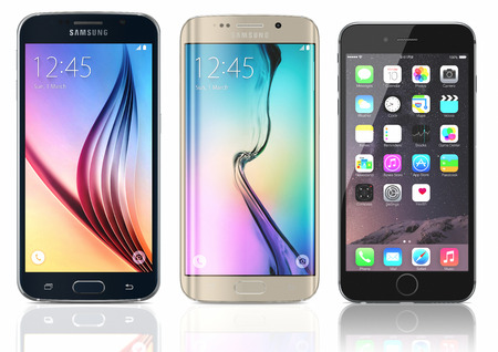 Black Sapphire Samsung Galaxy S6 und Gold Platin Samsung Galaxy S6 Edge with Raum Grauer Apple iPhone 6 auf weißem Hintergrund. Das Samsung Galaxy S6 und Rand wurde bei einer Presseveranstaltung in Barcelona am März gestartet 1 2015 brachte Apple den iPhone 6 und iPhone Editorial