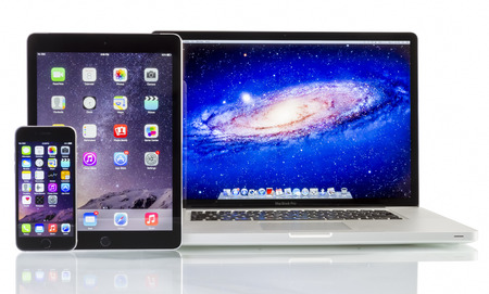 macbook pro: Apple  Macbook Pro iPad Air 2 and iPhone 6 on white background. All devices displaying home screen and produced by Apple Inc. Editorial