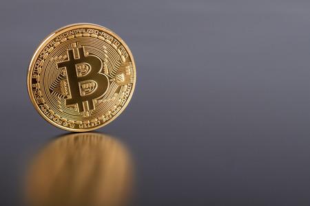 灰色の黄金の Bitcoin 仮想通貨のスタジオ撮影。フロント側のクローズ アップ。