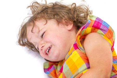 petite fille triste: Sad little girl pleurer sur fond blanc