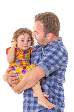 muerte: Padre consuelo a su pequeña hija llorando. concepto de la paternidad. Foto de archivo