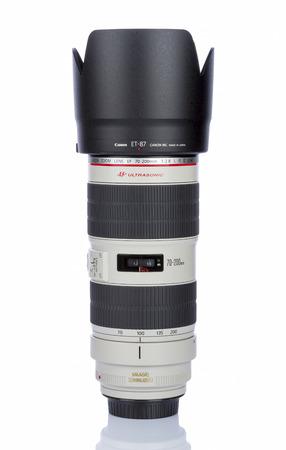 갈라 츠, 루마니아 - 2017 년 1 월 27 일 - Canon EF 70-200mm f  2.8L IS II 흰색 배경에 고립.이 줌 렌즈 캐논 EF 라인에서 뛰어난 성능 중 가장 찬사를받는 렌즈 중