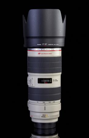 갈라 츠, 루마니아 - 2017 년 1 월 27 일 - Canon EF 70-200mm f  2.8L IS II 검정색 배경에 고립.이 줌 렌즈는 뛰어난 성능을 갖춘 Canon EF 라인 중 가장 유명한 렌즈