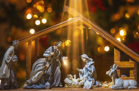 Weihnachtskrippenszene mit Figuren wie Jesus, Maria, Joseph, Schafen und Weisen. Konzentriere dich auf das Baby!
