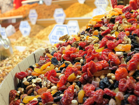 suq: Dried fruits offered on the Grand Bazaar, Istanbul, Turkey