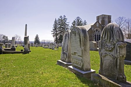 Wide view of the cemetery in the forground with the memorial chapel Banque d'images