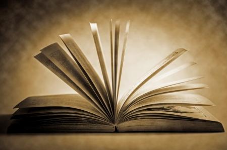 bible ouverte: Old Fashioned livre ouvert illuminé Vintage Background