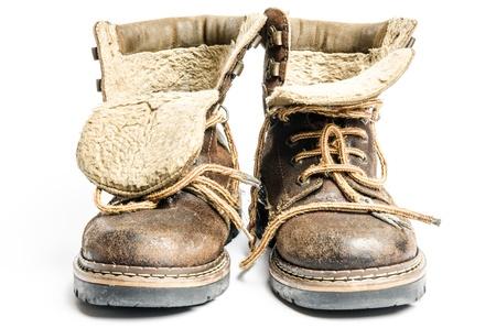 白い背景の上の古い冬、マウンテン ブーツ