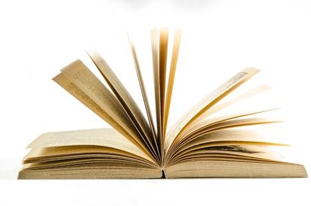 Open boek geïsoleerd op witte achtergrond