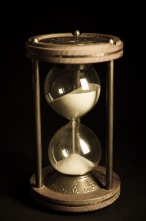 黒の背景に古い砂時計 写真素材