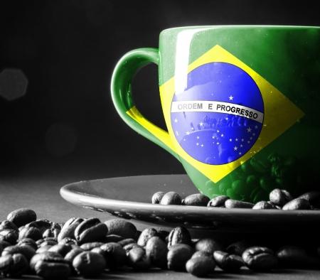 Vlag van Brazilië op kop koffie