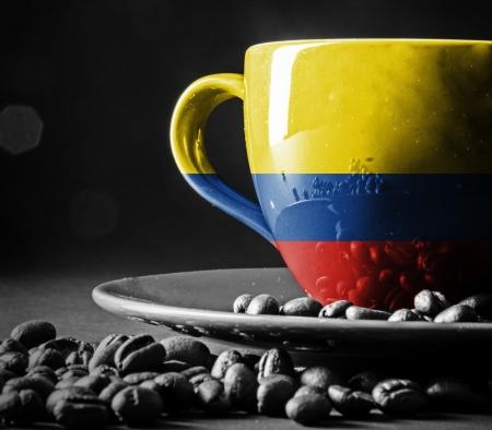 一杯のコーヒーにコロンビアの旗